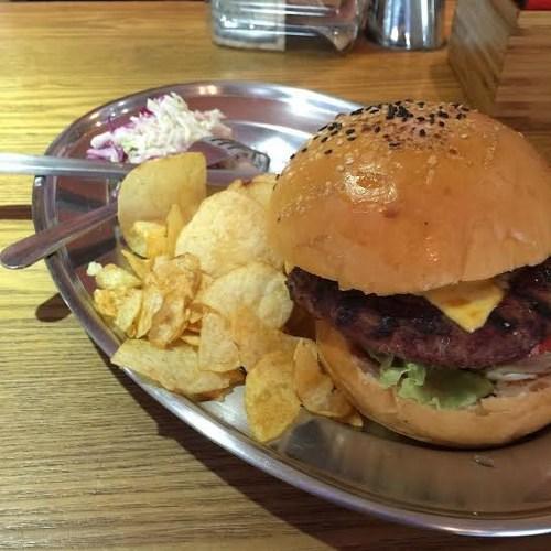 Phong cách thưởng thức hamburger đúng chất Mỹ ở Hà Nội