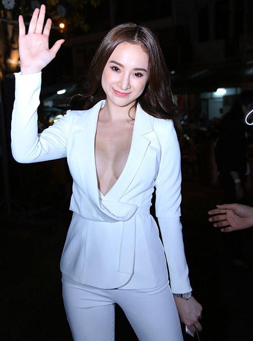 Thời trang Áo vest quên nội y từ Angela Phương Trinh