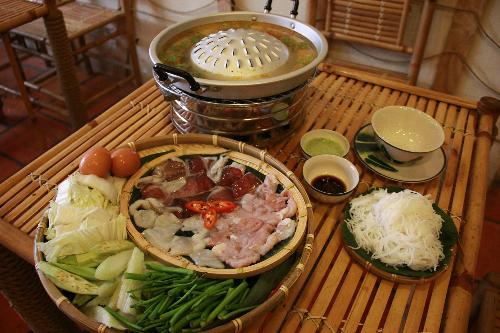 Thưởng thức món 'nướng trên, lẩu dưới' của người Lào ngày Sài Thành