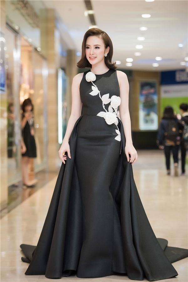 Thời trang Angela Phương Trinh phải hở mới đẹp