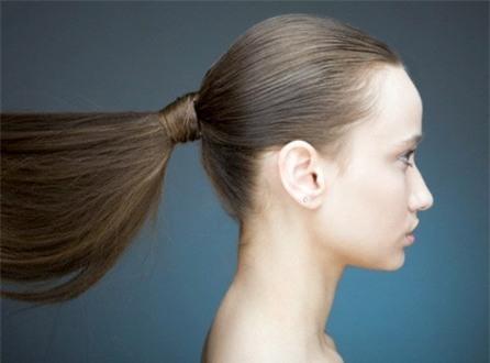 Những thói quen xấu khiến mái tóc dài suông mượt của bạn gái trở nên xơ xác gãy rụng