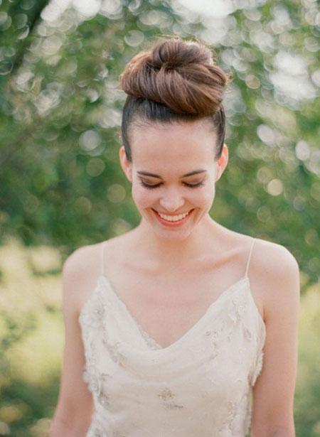 Tóc búi đỉnh đầu cho cô dâu tăng chiều cao cá tính
