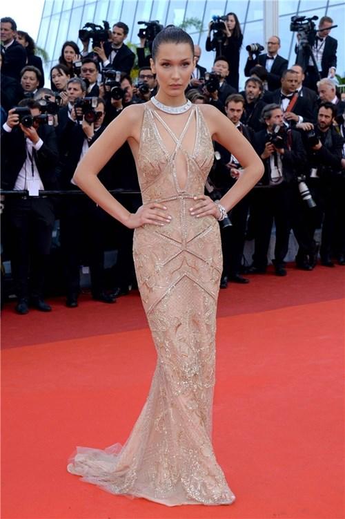 """""""Cuộc chiến"""" váy xẻ trên thảm đỏ Cannes """"đốt mắt"""" người nhìn"""