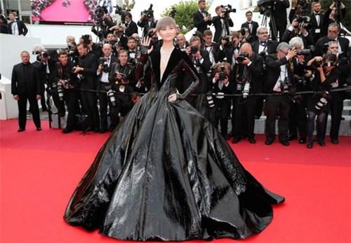 Ngắm lại 15 bộ cánh xấu không đỡ nổi trên thảm đỏ Cannes 2016