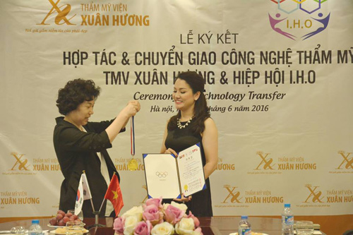 Xuân Hương nhận huy chương của Hiệp hội Thẩm mỹ IHO