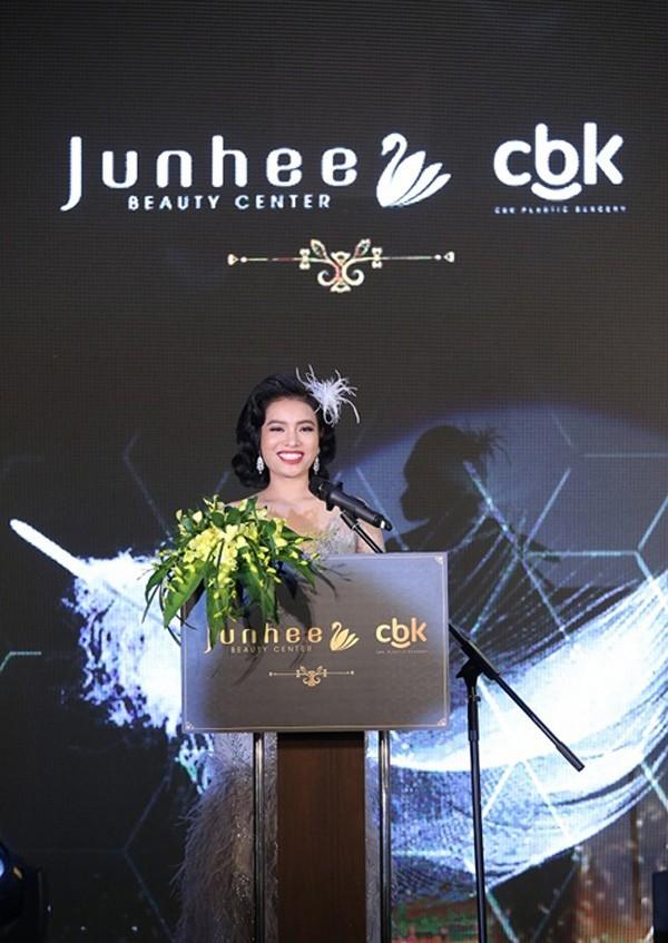 Hoa hậu, á hậu Việt chúc mừng phòng khám PTTM Junhee