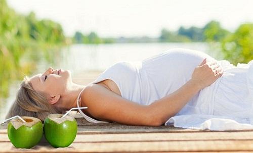 Mẹ bầu nên uống nước dừa thế nào là tốt nhất?