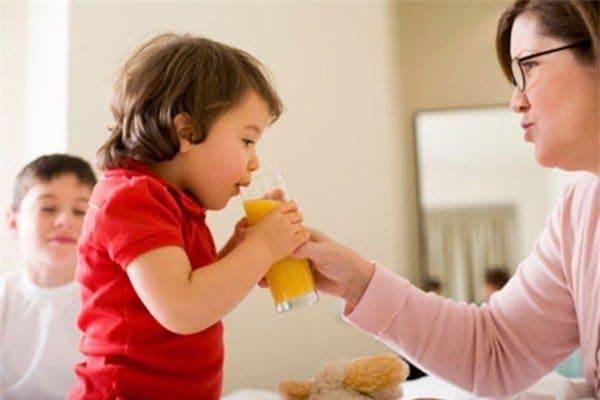 Những lưu ý khi mẹ khi cho con uống nước ép hoa quả