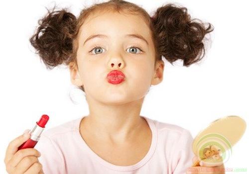 Cho trẻ dùng mỹ phẩm sớm có tác hại gì?