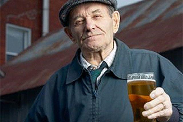 Vì sao người cao tuổi nên giảm uống rượu