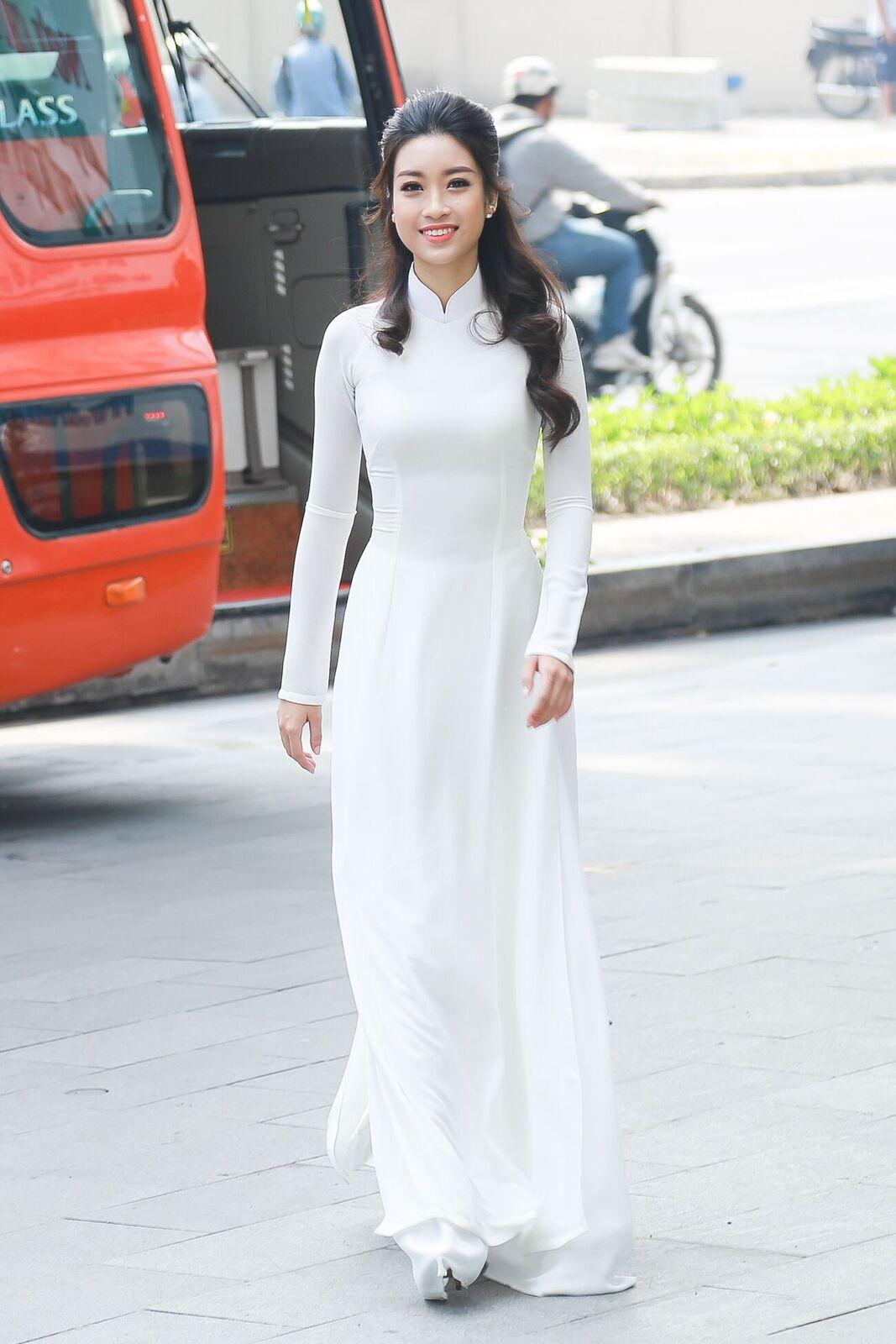 Mỹ Linh thôi miên mọi ánh nhìn với tà áo dài trắng