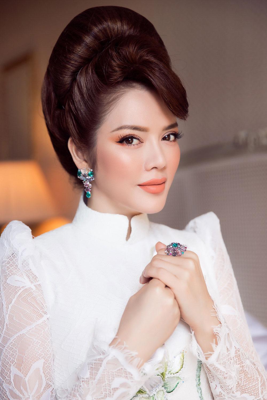 Tà áo dài Việt Nam cũng giúp Lý Nhã Kỳ trở thành tâm điểm