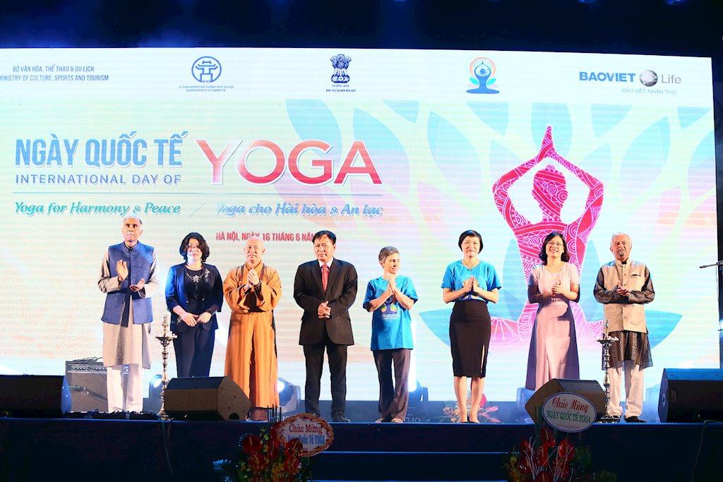 Nhiều người đồng diễn Yoga tại Hà Nội gây chú ý