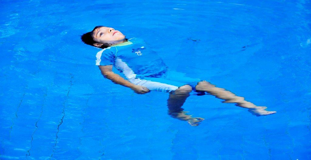 Những điều bạn cần phải biết khi đưa bé đi bơi