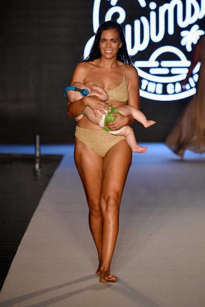 Phong cách người mẫu vừa diễn bikini vừa cho con bú