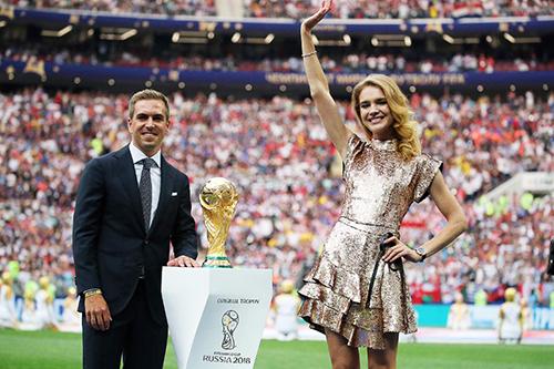 Siêu mẫu Nga hấp dẫn ở lễ bế mạc World Cup