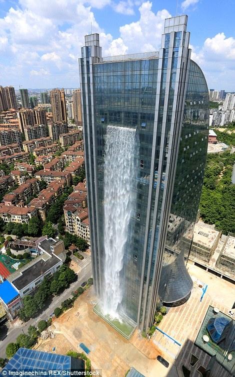 Thác nước khổng lồ đổ xuống từ tòa nhà cao tầng