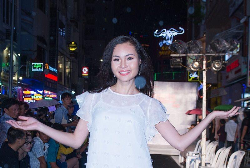 Nguyễn Thanh Trúc diễn thời trang ngay dưới trời mưa tự tin
