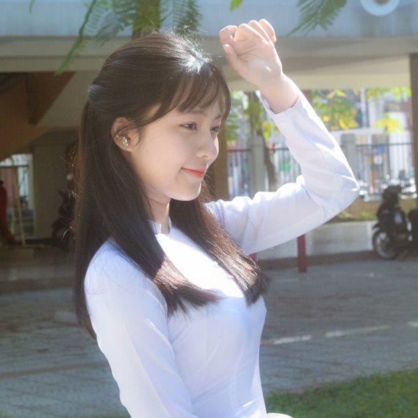 Nữ sinh 10X Đã Nẵng diện áo dài trắng tinh khiết
