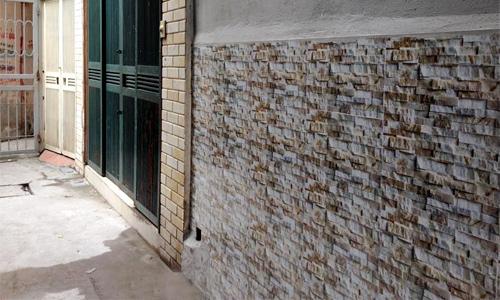 Ốp tường bên ngoài bằng gạch bóng khiến nhà tôi giống WC