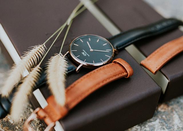 Giải mã giá dây da đồng hồ DW chính hãng hơn 1tr