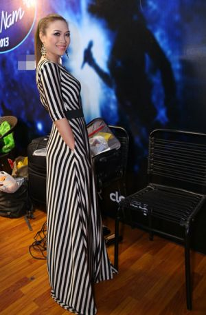 Ca sĩ Mỹ Tâm 'ăn gian' chiều cao với váy kẻ sọc độc đáo