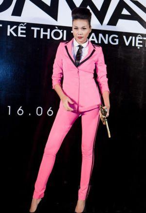 """Phong cách mỹ nhân """"xinh trai"""" với comple hồng"""