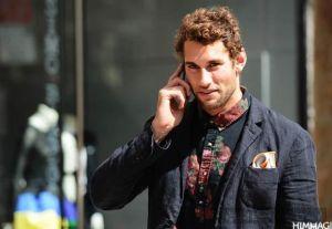 Phong cách phối đồ nam tính với áo sơ mi họa tiết in hoa rực rỡ