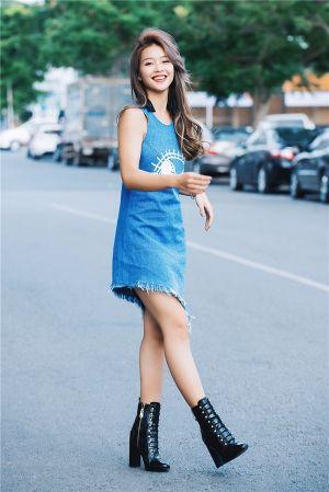 Phong cách thời trang trẻ trung của Khả Ngân