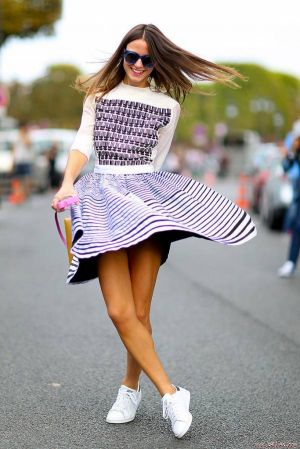 Mix váy đầm với giày thể thao cá tính cho cô nàng công sở