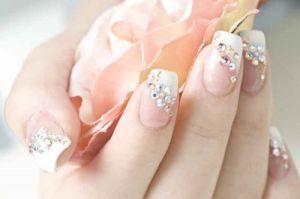 Móng tay nail đính đá đẹp cho cô dâu sang trọng ngày cưới tự tin