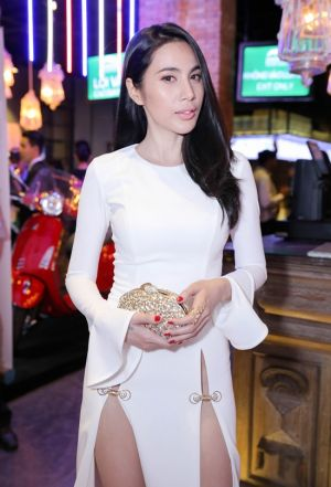 Váy áo váy xẻ sâu nóng mắt người hâm mộsv của Thủy Tiên, Ngọc Trinh