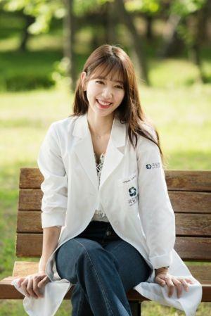 Mẹo mix sơ mi họa tiết xinh như Park Shin Hye
