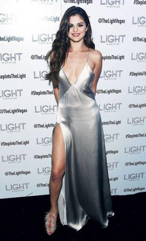 Selena Gomez mặc váy ngủ đi dự sự kiện hấp dẫn