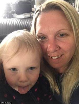 Bé gái 3 tuổi suýt chết vì một vết mèo cào nhỏ tí