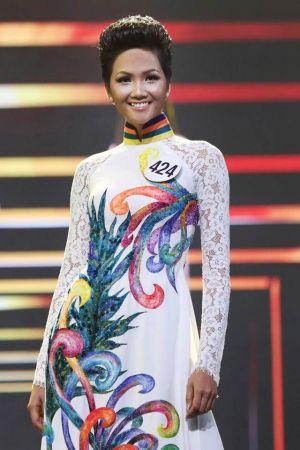 Hoa hậu H' hen Niê vẫn đẹp dịu dàng khi diện áo dài