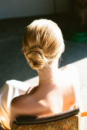 8 kiểu tóc búi thấp sang chảnh không hề già