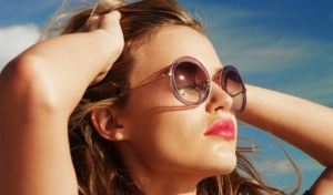 Vì sao kính râm là vật dụng bất ly thân trong mùa hè
