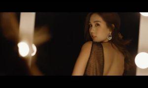 Người mẫu Ngọc Trinh búng tay ra USD trong phim thời trang