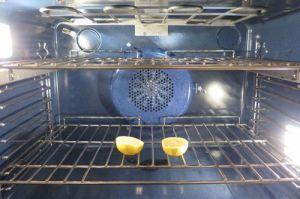 Nhà bếp sạch bong không bóng ruồi giấm với một quả chanh