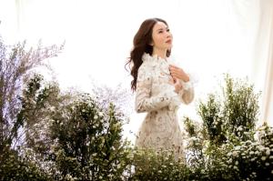 Lan Phương thanh lịch với váy trắng độc đáo