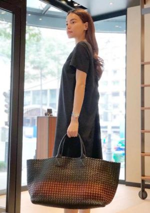 Túi xách giống làn đi chợ giá 230 triệu đồng của Hồ Ngọc Hà