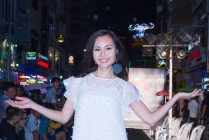 Nguyễn Thanh Trúc tự tin diễn thời trang mặc trời mưa