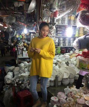 Hoa hậu Phạm Hương giản dị đi chợ quê