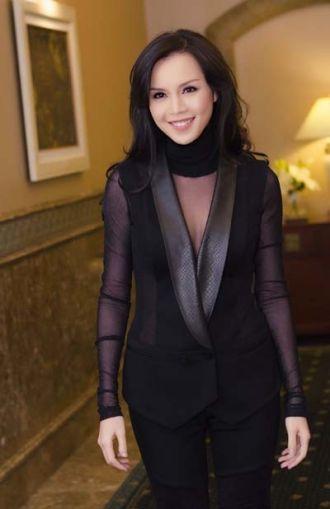 Á hậu Ngọc Oanh phá cách với vest đen mạnh mẽ