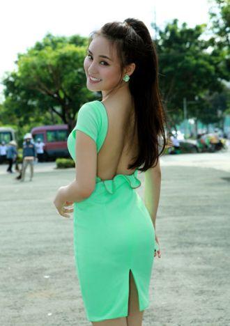 Ca sĩ Vy Oanh diện váy hở lưng gợi cảm