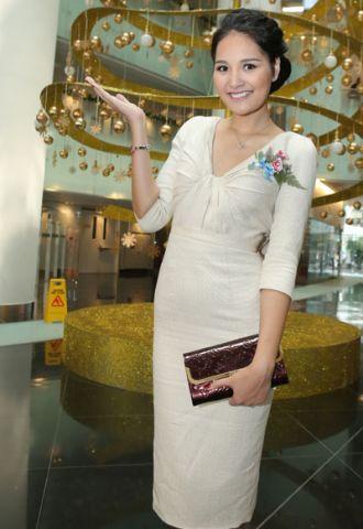 Ca sĩ Hương Giang khoe lưng bằng váy bèo đổ gợi cảm