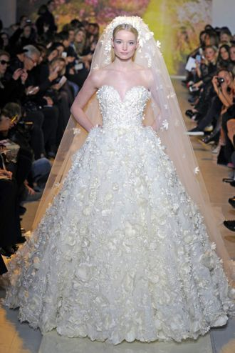 Thời trang Zuhair Murad đính 25.000 bông hoa làm váy cưới cao cấp lộng lẫy