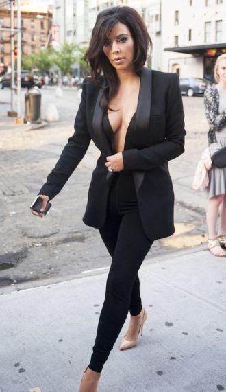Người đẹp thích khoe ngực bằng áo vest gợi cảm