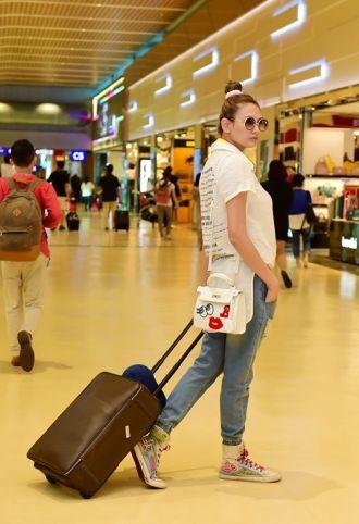 Dàn người mẫu sành điệu gây xôn xao tại sân bay khiến mọi người trố nhìn
